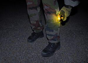 Identifizierung von Soldaten mit gelbem Leuchtstab Cyalume an der Wade
