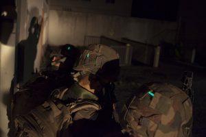Identifizierung von Soldaten mit Mini-Leuchtstab von Cyalume am Helm