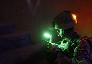 Identifikation des Militärs mit Mini-Cyalume Leuchtstäbe am Soldatenhelm