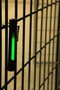 Grüner Cyalume Leuchtstab im khakifarbenen Bildschirm