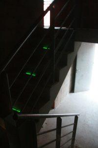 Kennzeichnung von Treppenstufen mit grünem Flexband