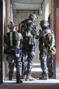 Kennzeichnung von Soldaten mit nachtleuchtenden und retro-reflektierenden Gürteln