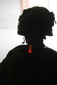 Militärische Kennezeichnung mit rotem Chemlight