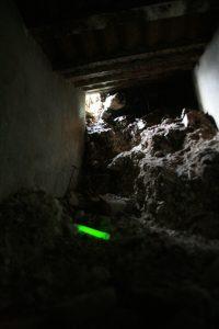 Grüner Leuchtstab als Richtungsinformation am Boden