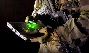 Diskrete Beleuchtung zum Kartenlesen mit Mini Cyalume Leuchtstab, der an einem Finger befestigt ist.