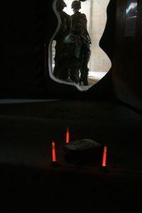 Markierung von Mienen mit rotem Cyalume Leuchtstab
