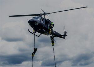Identifizierung von Soldaten, sie sich aus dem Hubschrauber abseilen.