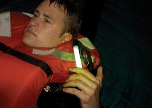 Leuchtmarkierung an der Rettungsweste für mehr Sicherheit auf See