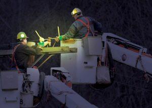 Wartung von Stromleitungen mit Zusatzlicht