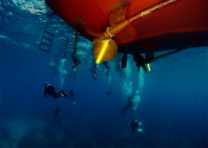 Kennzeichnung von Bootsrümpfen für Wartungsarbeiten beim professionellen Tauchen