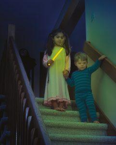 Der Leuchtstab hilft Kindern, sich sicher im Dunkeln zu bewegen.