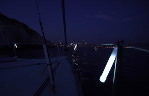 Identifizierung und Kennzeichnung von Segelbooten beim Ankern vor einer Bucht