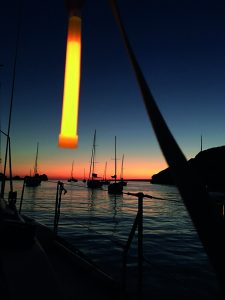 Markierung von Booten bei Einbruch der Dunkelheit