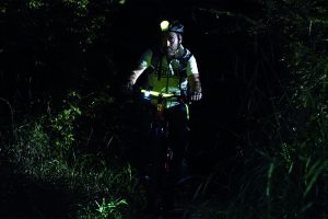 nächtliche Mountainbiketour durch nachtleuchtende Markierung