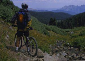 Cyalume Leuchtstab auf Mountainbike Nachtfahrt