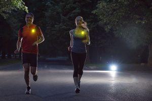 Leuchtmarkierung der Läufer bei Nacht