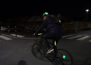 Kennzeichnung von Radfahrern bei Nacht mit Cyalume Leuchtstab