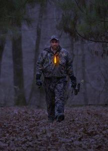 Leuchtmarkierung von Jägern mit orangem Cyalume Leuchtstab