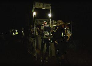 """Kennzeichnung der Läufer bei der Nachtetappe des """"Marathon des Sables"""""""
