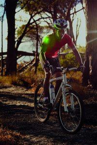Leuchtpatch an der Schulter des Radfahrers