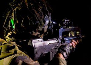 Mini Chemlight von Cyalume auf Helme der Soldaten