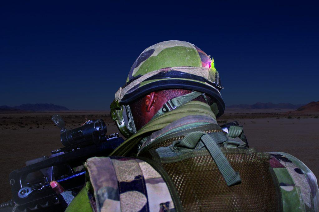 Mini Leuchtstab auf Helm positioniert