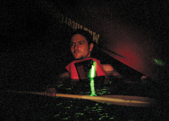 Leuchtsignal an Schwimmweste zu befestigen