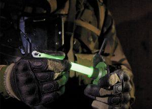 Militarische Knicklicht auf Magnetbasis