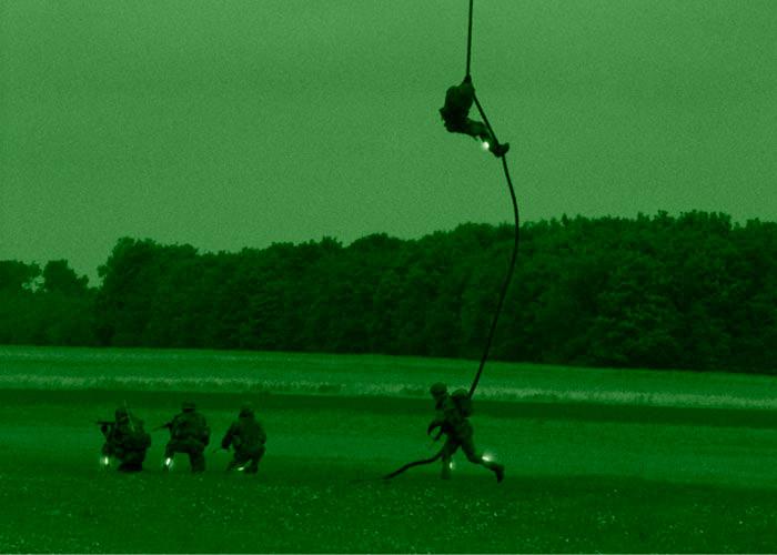 Markierung des Seils bei einem Abstieg vom Helikopter mit infraroten Leuchtstab