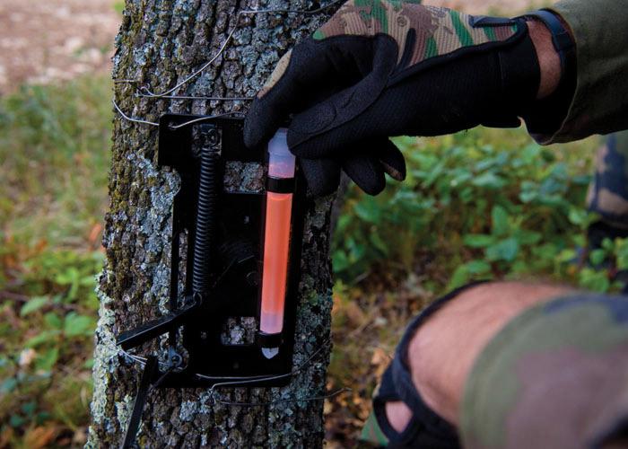 Lichtdetektor-Drahtfalle Soldat mit orangen Leuchtstab