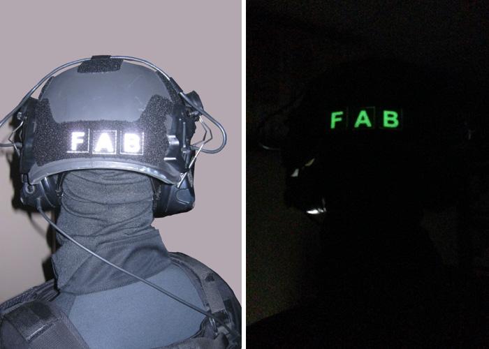 Identifizierung Tag und Nacht Dunkelheit Buchstaben hinter dem Helm