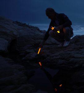 Markierung von Wegen mit einem Cyalume Leuchtstab zur Orientierung im Dunkeln